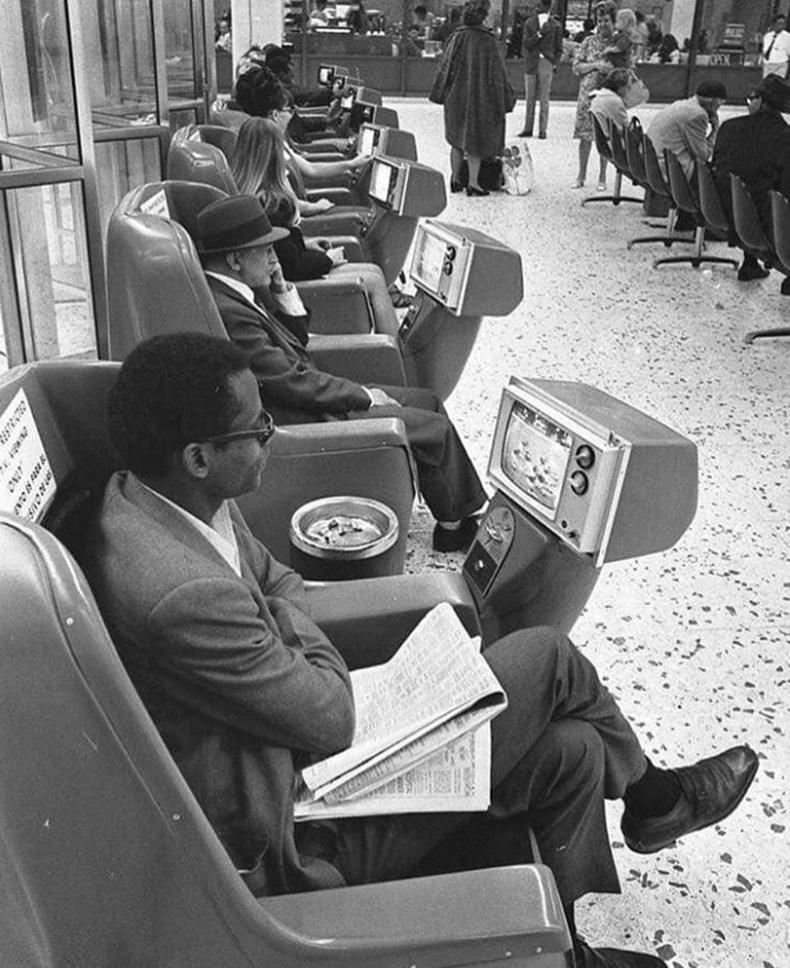 Лос Анжелесийн автобусны зогсоол дахь зурагттай хүлээлгийн суудал (1969)