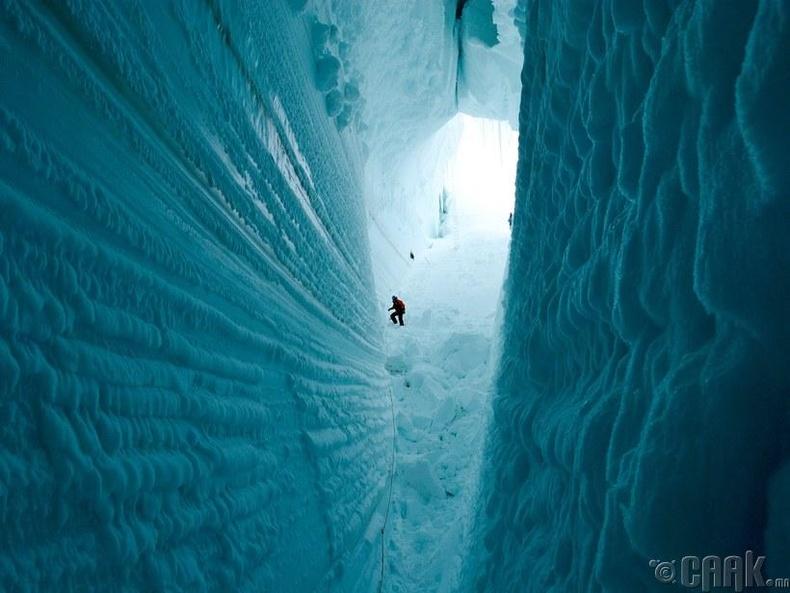 Росс арал дээрх мөсөн ангал