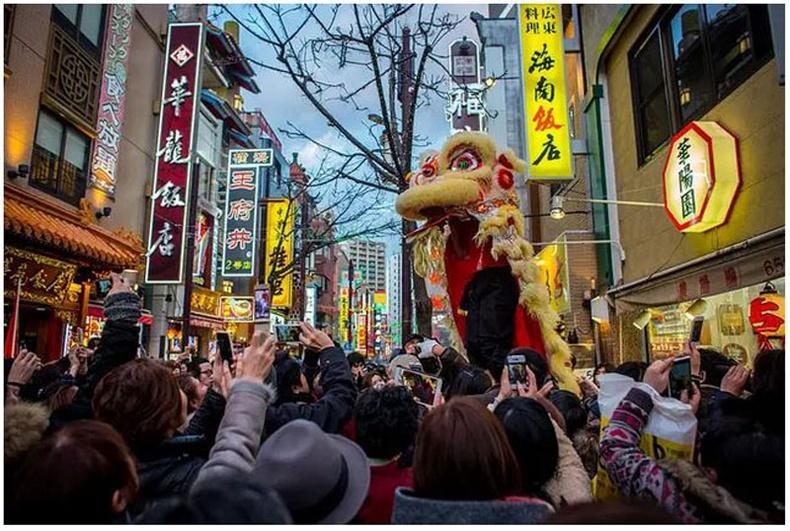 Япон: 2015 оны 2-р сарын 19-ний өдөр Японы хамгийн том хятад хорооллын иргэд Йокохама дэлгүүрийн гадаа арслангийн бүжиг үзэж байна