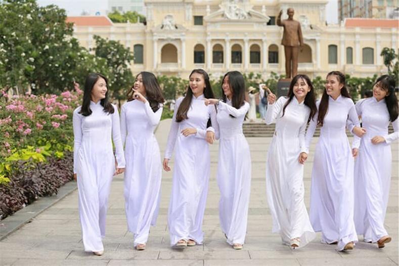 Вьетнамын ахлах ангийн охид цагаан өнгийн дан дээлээр ижилсдэг