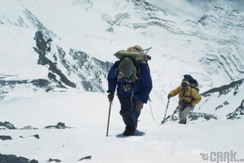 Хэн нь түрүүлж Эверестийн оргил дээр гарсан бэ?
