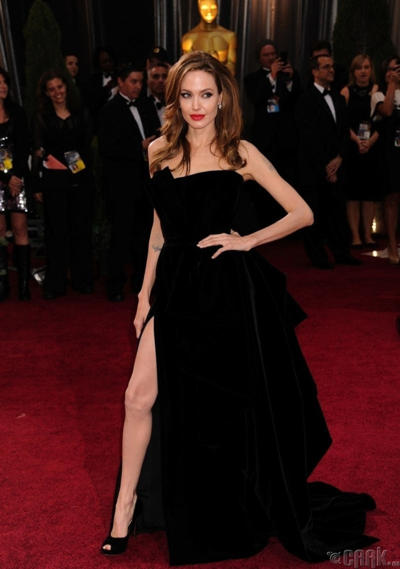 Загвар үзүүлэгч – Анжелина Жоли  (Angelina Jolie)