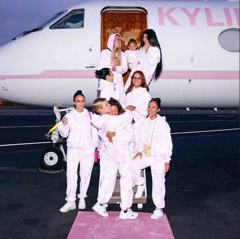 73 сая ам.долларын үнэтэй ягаан өнгийн хувийн онгоцоор аялсан