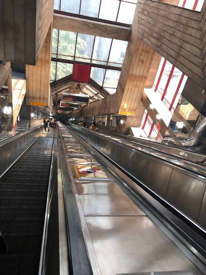 Зарим метроны буудал маш гүнд байрладаг. Жишээлбэл Чунцин хотын энэхүү буудалд урсдаг шатаар 2.5 минут явна.