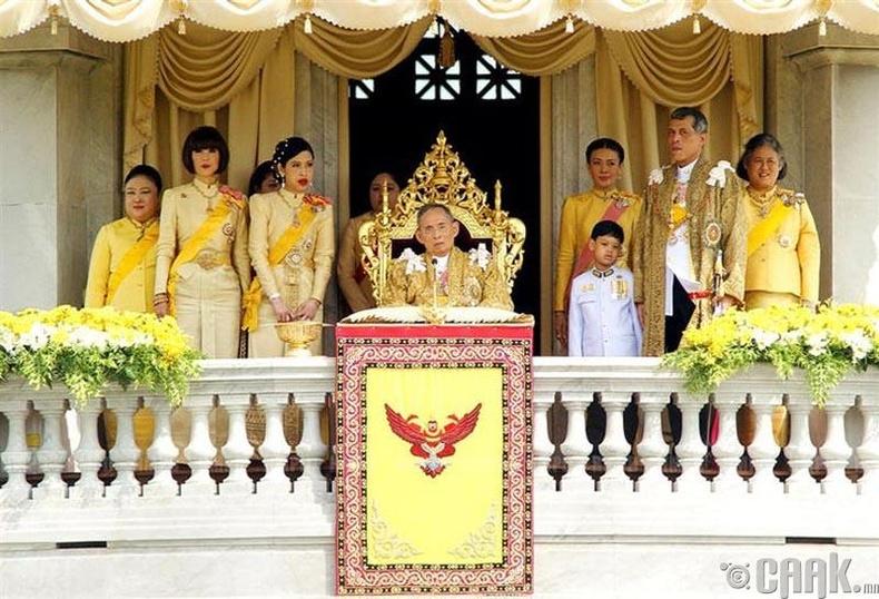 Тайландад очвол хааны гэр бүлд онцгой хүндэтгэл үзүүлэх хэрэгтэй