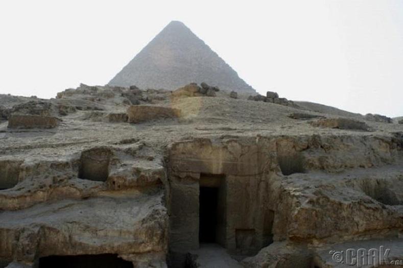 Пирамид доторх жигтэй баганууд