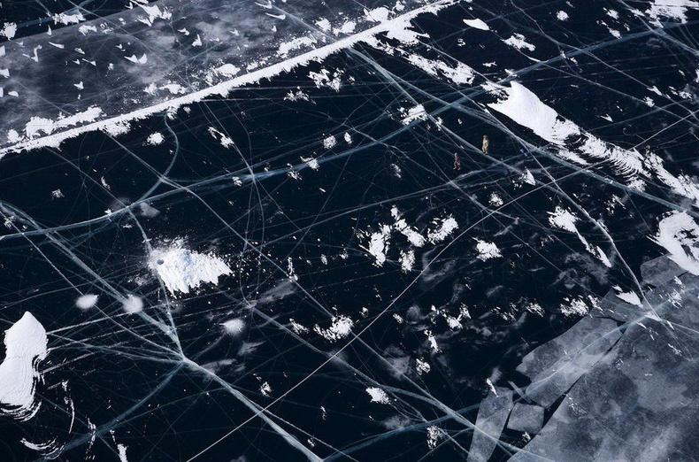 Байгаль нуурын мөсөн дээр загасчилж байгаа хүмүүс - ОХУ
