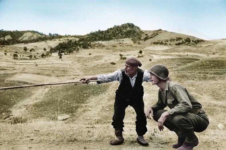Сицилийн фермер америк цэрэгт германчуудын нуувчийг зааж өгсөн нь, 1943 оны 8-р сар.