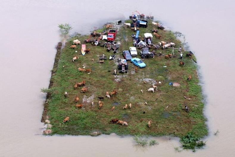 Малайзид болсон үерээр усанд автаагүй хэсэгхэн газар