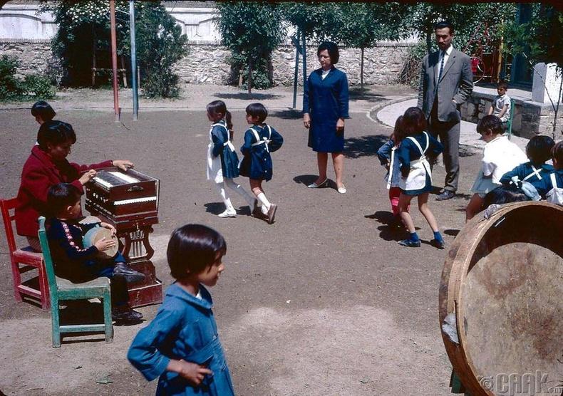 Бяцхан сурагчид гадна талбайд тоглож буй нь