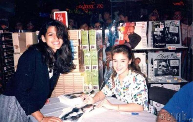 Жүжигчин Эва Мендес (Eva Mendes) 15 настайдаа, 17 настай жүжигчин Алисса Милано (Alyssa Milano)-аас гарын үсэг авч байна, 1989 он
