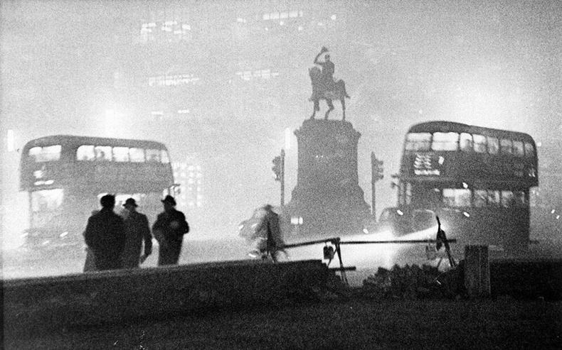 1952 онд Лондонд болж өнгөрсөн их манангийн үед хараагүй хүмүүс бусаддаа гэрээ олоход нь тусалж байжээ