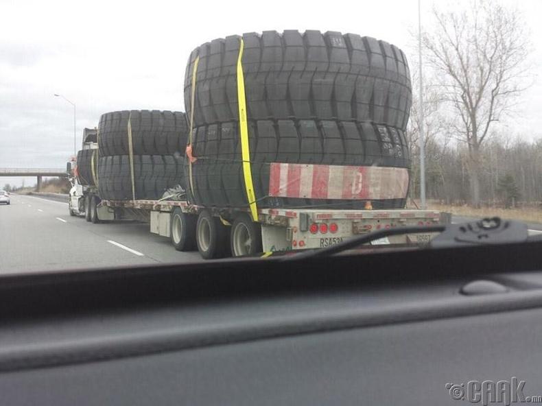 Ачааны машины дугуйг ийм жижигхэн харагдуулж байна