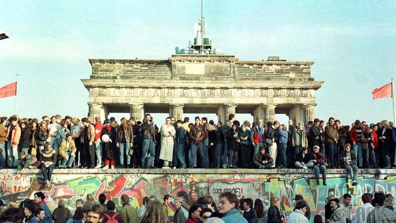 Зүүн Германчууд Берлины ханыг нураасны баярыг тэмдэглэж буй нь -1989 оны 11 сарын 10