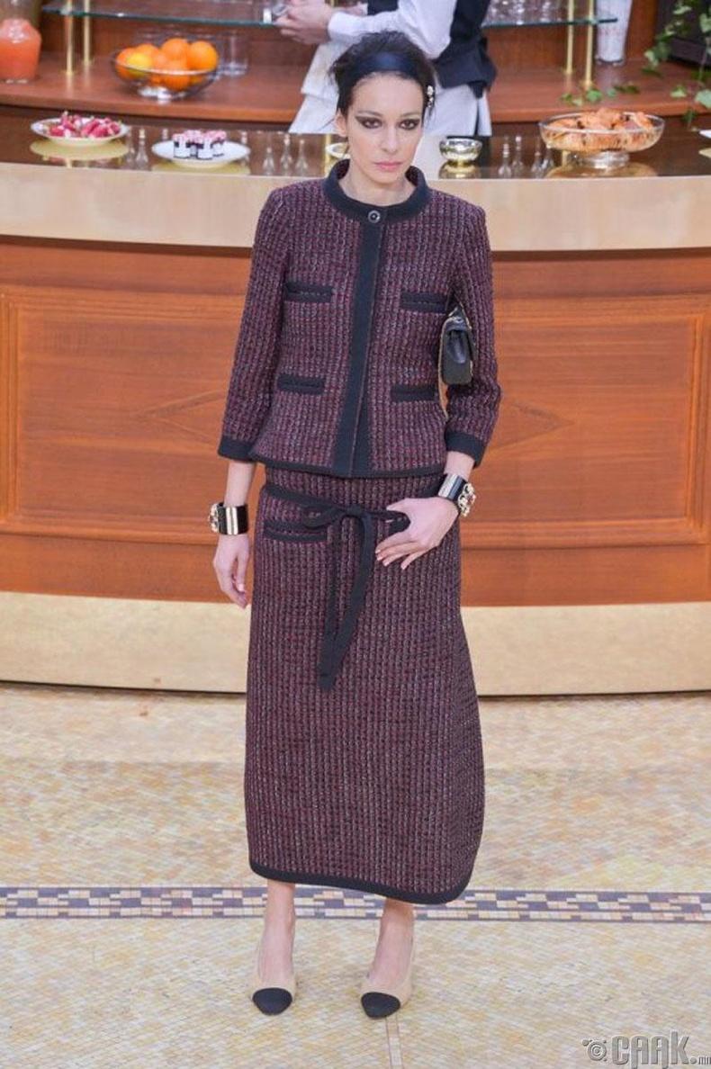 Коко Шанель анхны эмэгтэйчүүдэд зориулсан костюм бүтээсэн