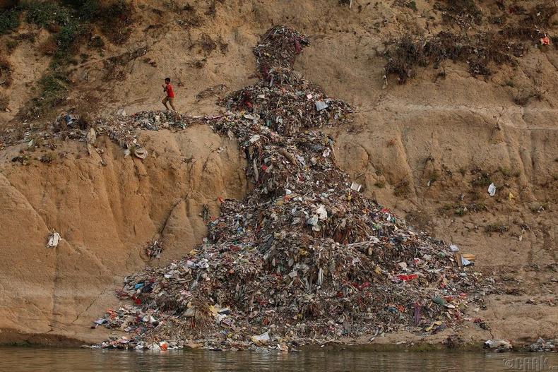 Ганга мөрний эрэг орчим овоолсон хог - Мирзапур