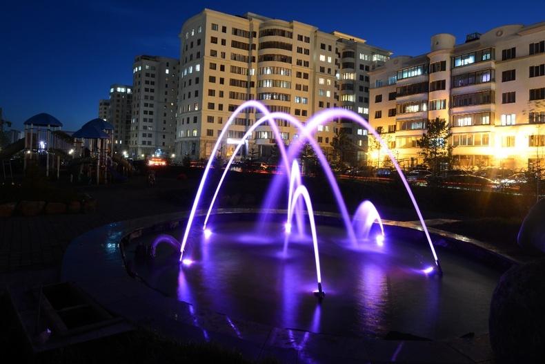 Шөнийн гэрэлтүүлэгтэй усан оргилуур