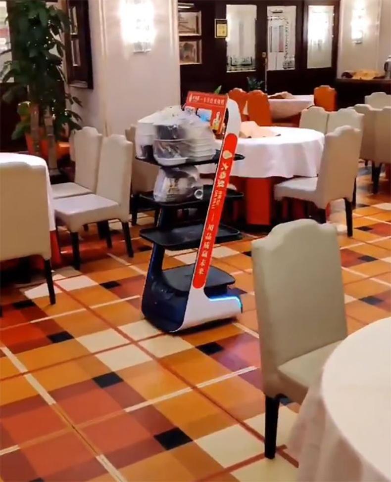 Бээжингийн нэгэн ресторанд робот зөөгч хийж байна