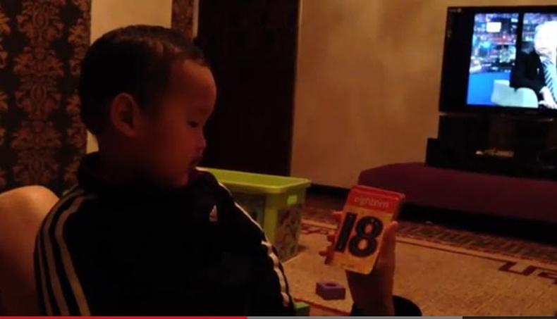 2 настай монгол хүү уншиж байна