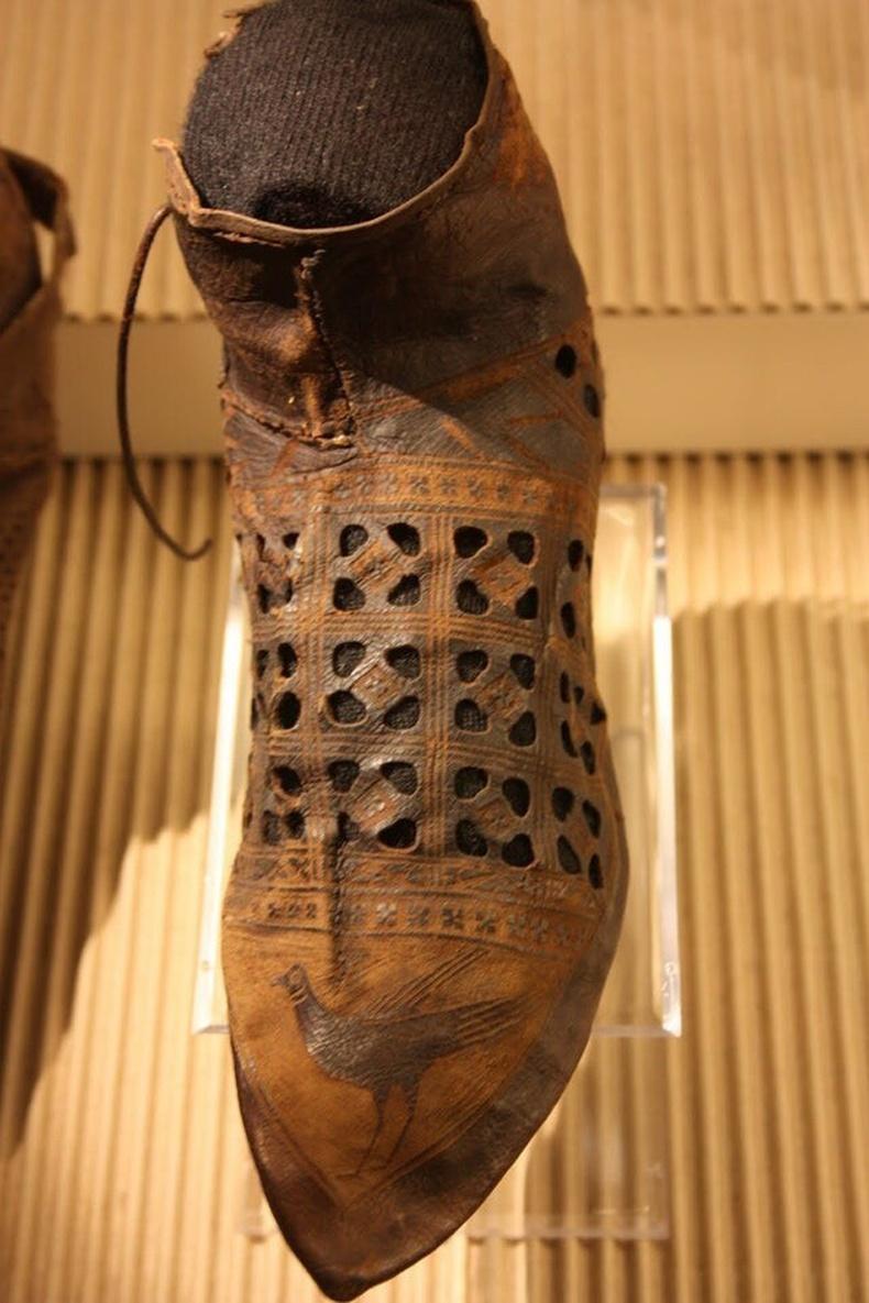 Нидерландаас олдсон 1300-аад оны үеийн гутал