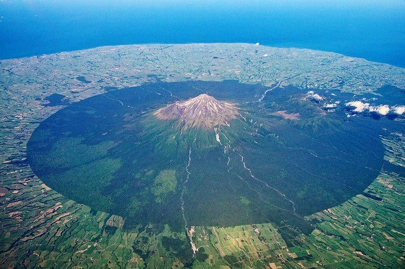 Шинэ Зеландын Таранаки галт уулын тусгай хамгаалалттай газрын хил хязгаар тодорхой харагдаж байна