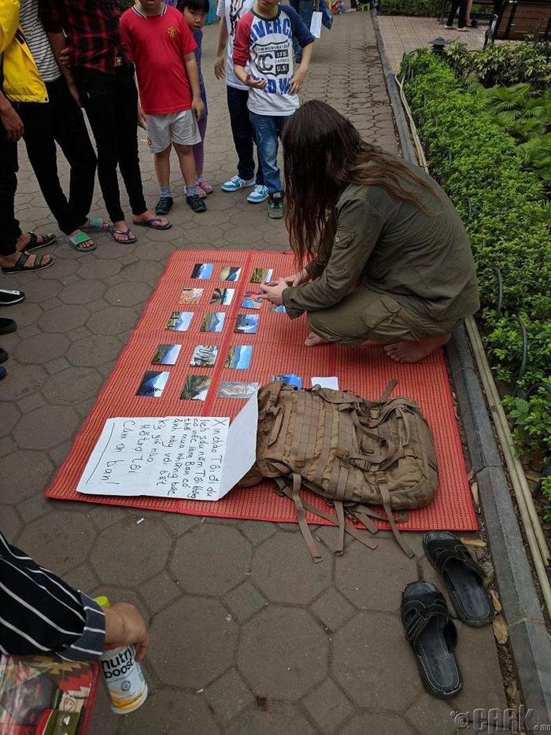 Вьетнамд аяллын зургаа зарж буй залуу