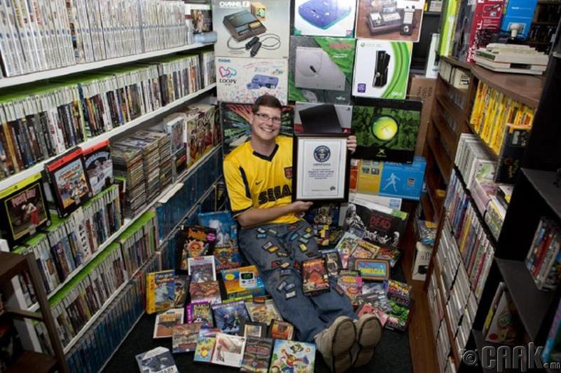 Дэлхийн хамгийн том видео тоглоомын цуглуулгатай залуу