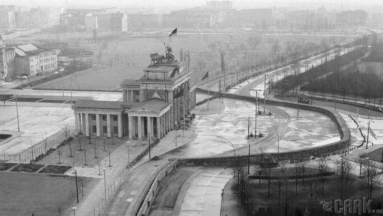 Рейхстагийн дээврээс Бранденбургийн хаалга хүртэл үргэлжилж буй Берлины хана, 1961 оны 12 сар