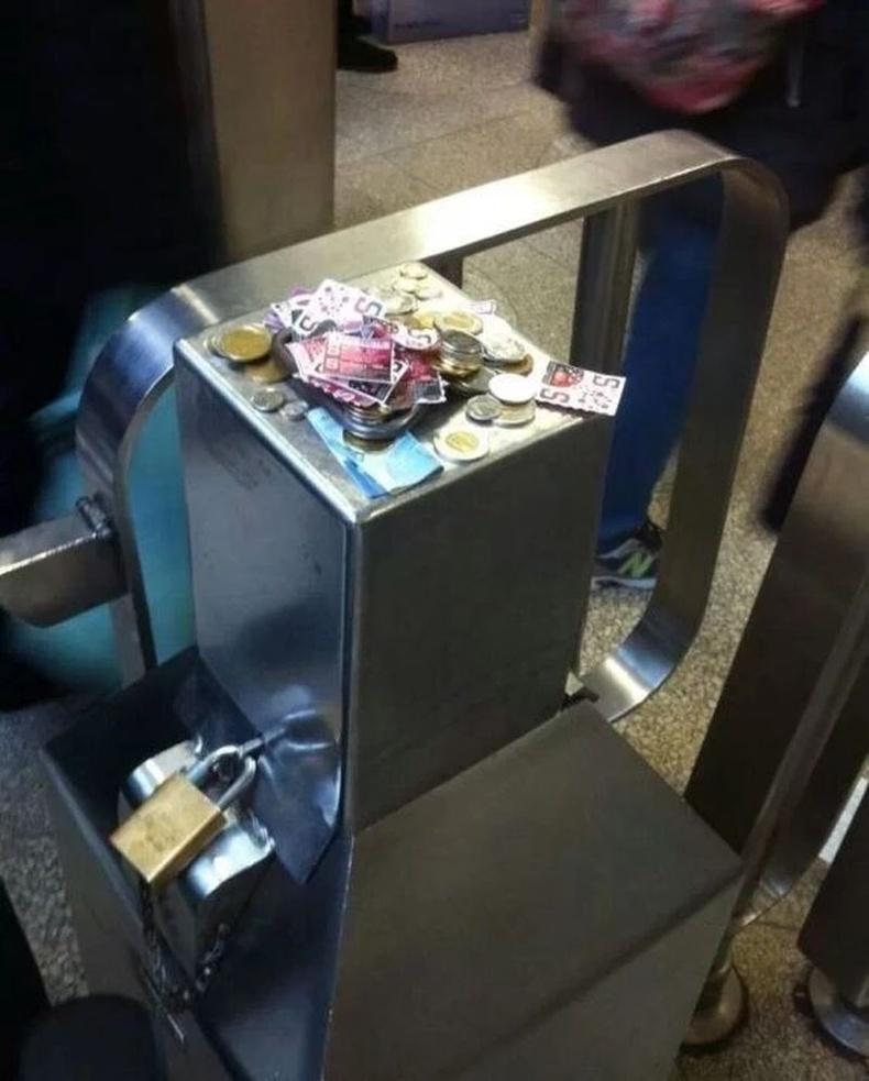 Торонтогийн нийтийн тээврийнхэн ажил хаяж, билетийн машин нь ажиллахгүй болсон ч хүмүүс мөнгөө үлдээгээд оржээ. Канадчууд аа гэж....