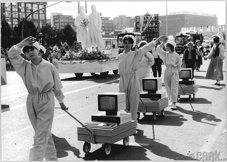 Парадны үеэр компьютерыг үзүүлж байгаа нь - Зүүн Герман, 1987