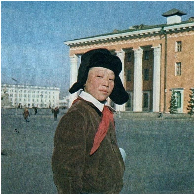УДБЭТ-ын ойролцоо яваа сурагч (1970-аад он)