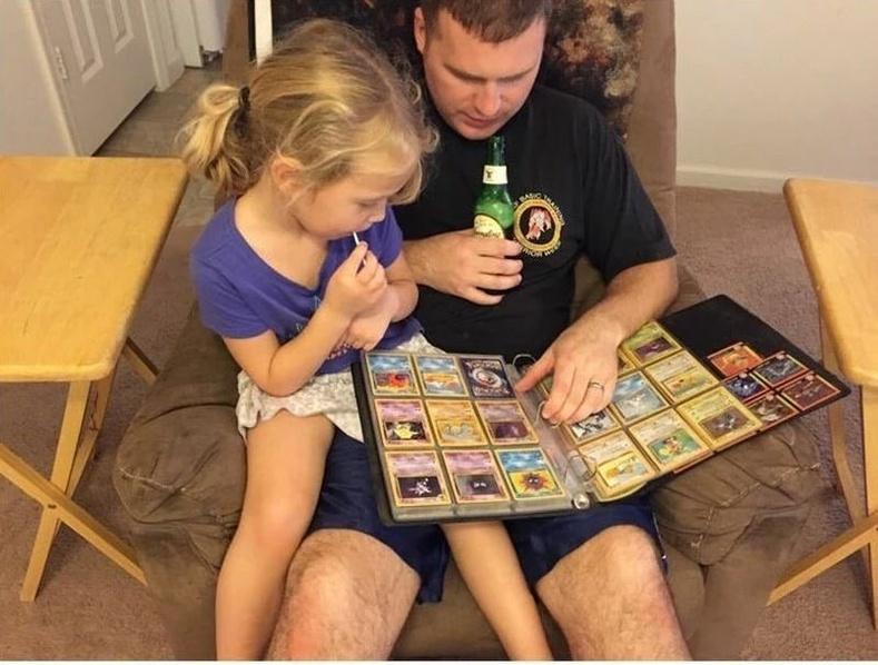 Аав, охин хоёр покемон судалж байгаа нь