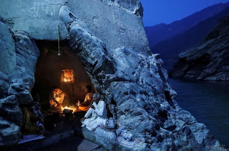 Санваартнууд Ганга мөрний эрэг дээрх агуйд үдшийн залбирал үйлдэж байгаа нь