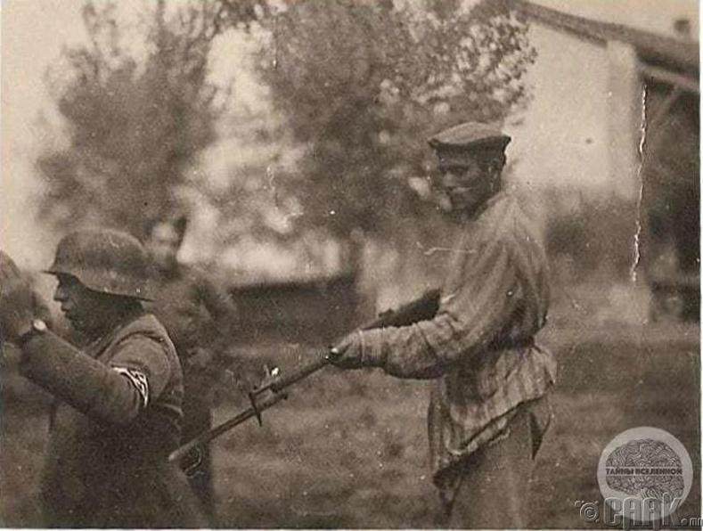 Чөлөөлөгдсөн олзны цэрэг хуучин харгалзагчаа манаж байгаа нь - 1945 он