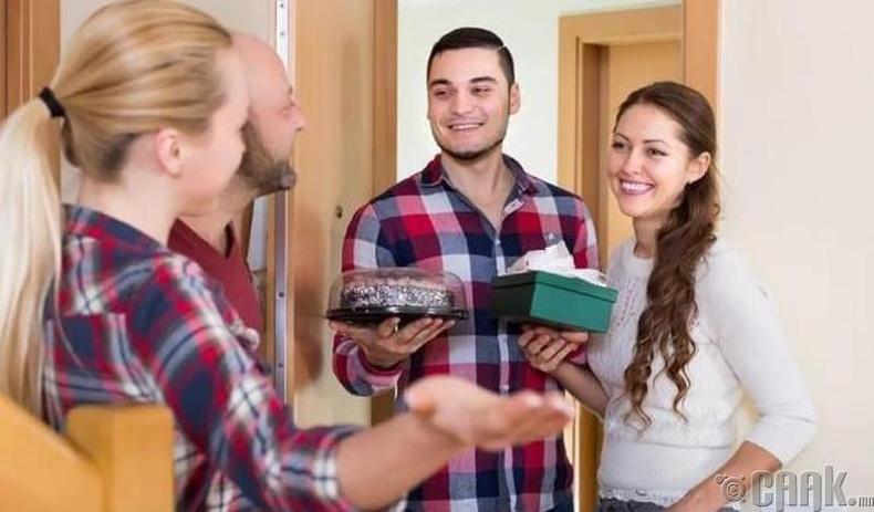 Хэн нэгний гэрт болж буй үдэшлэг цугларалтад очихдоо бэлэг болгоод идэх юмтай очиж байгаарай