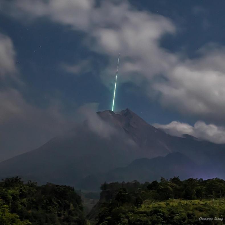 Индонезийн Мерапи галт уул дээр солир бууж байгаа нь