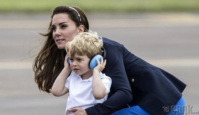 Хатан хааны дүрд жүжиглэж, утсаар ярьсан