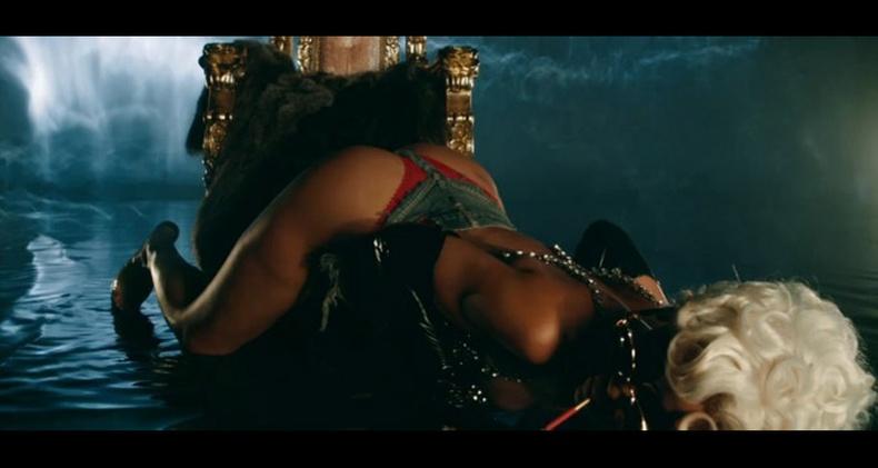 """Рианнагийн """"Pour It Up"""" клипны цензурдээгүй хувилбар"""
