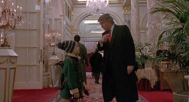 """""""Гэртээ ганцаараа 2"""" кинонд Дональд Трампкамео дүрбүтээсэн. Тэрээр зураг авалт явагдсан зочид буудлын эзэн байсан учир өөрийг нь кинонд гаргавал буудлаа ашиглуулна гэсэн болзол тавьжээ."""