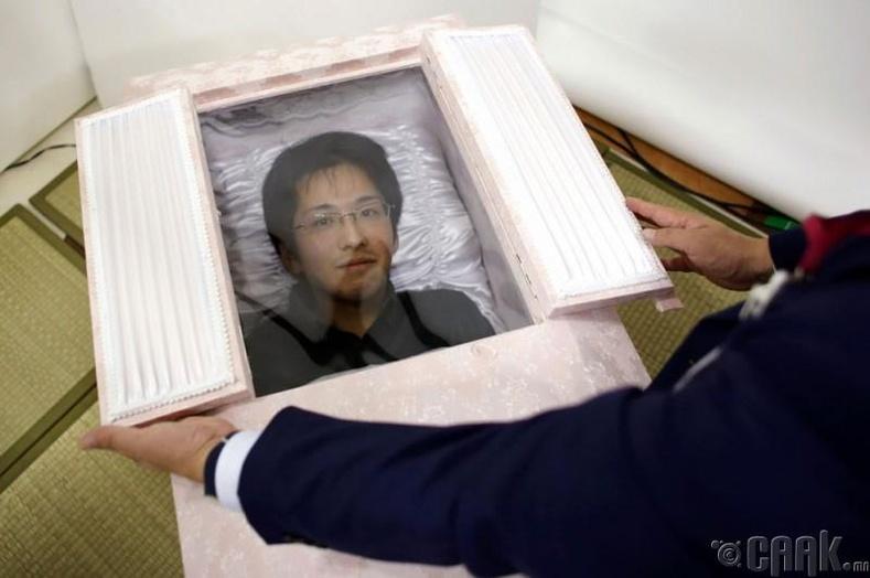 Норияаки Ивашима авсандаа хэвтэж үзсэн нь