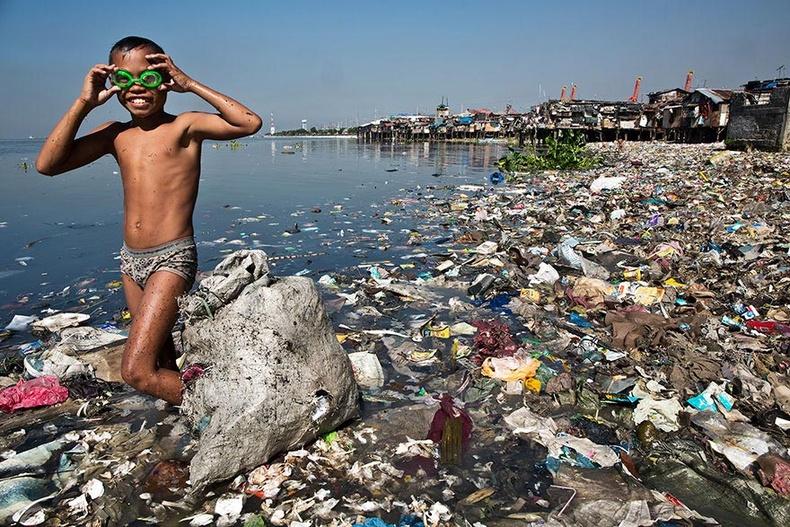 Энэ хүү гэр бүлдээ туслахаар өглөө бүр нэг кг хуванцар хаягдал түүж, 35 центээр зардаг.