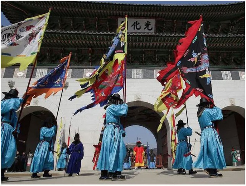 Өмнөд Солонгос: Хааны торгон цэргийн хувцас өмссөн иргэд 2014 оны 1-р сарын 31-нд Сөүлийн хааны ордонд сар шинийн баярын үеэр харуул солих ёслолд оролцов