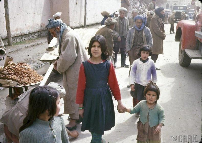 Кабулын гудамжаар явж буй эгч дүүс