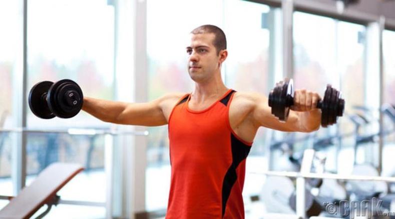 Дасгал хийж байгаа хүнтэй хэт ойр зогсож болохгүй