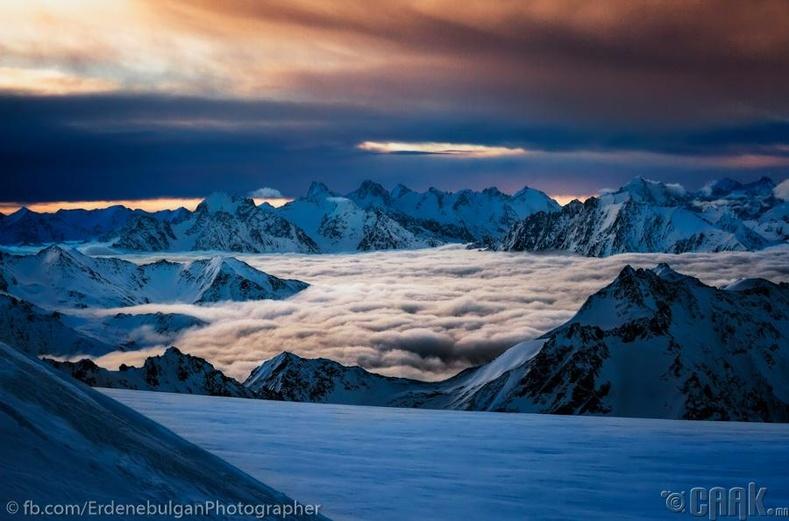 Үүлсээс өндөрт орших мөнх цаст оргилууд