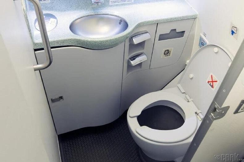 Онгоц нислэгийн үеэрээ агаарт угаалгын өрөөний бохироо асгадаг