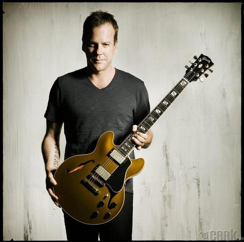 """Кифер Сазерленд """"Gibson"""" брэндийн гитарт дуртай"""