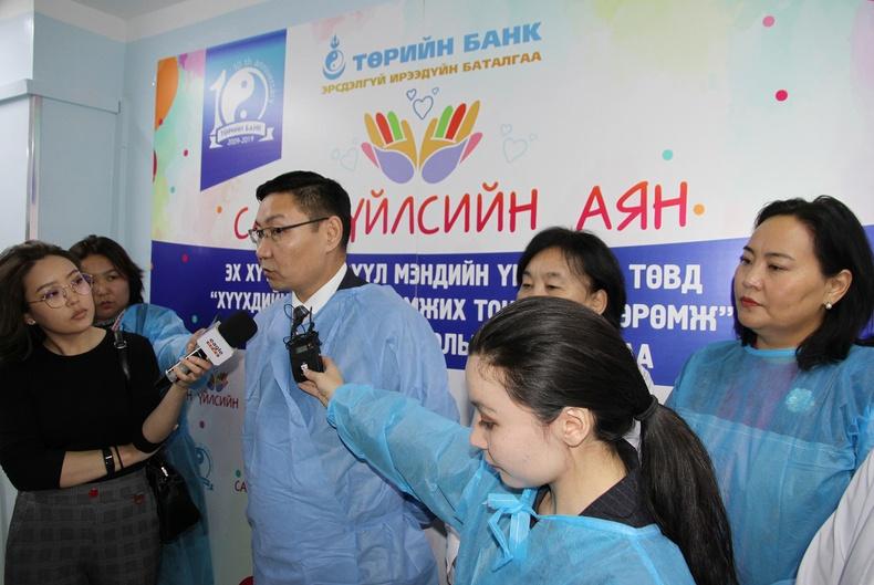 Төрийн Банкны ажилтнууд эх нялхсын эмнэлэгт нэн шаардлагатай аппарат бэлэглэлээ