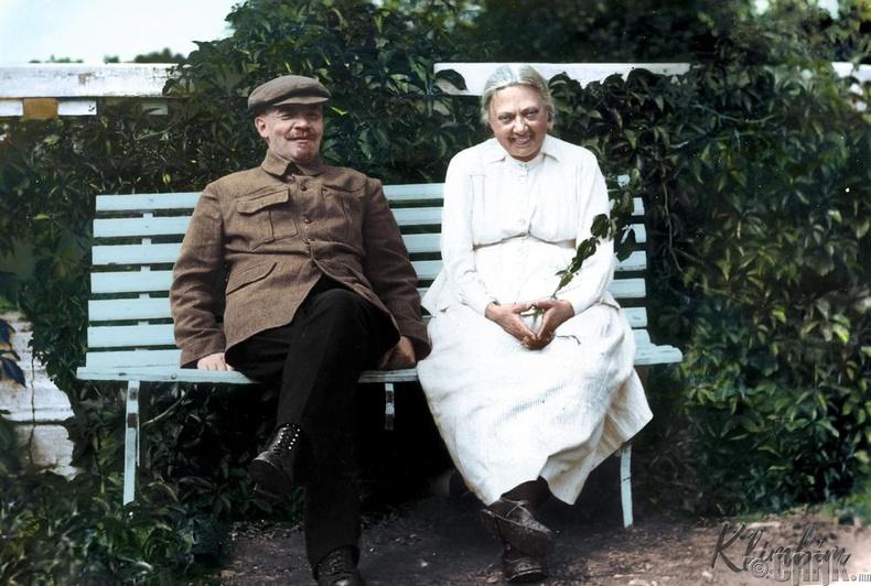 Владимир Ленин эхнэр Надеждагийн хамт Горькийн цэцэрлэгт хүрээлэнд - 1922 он