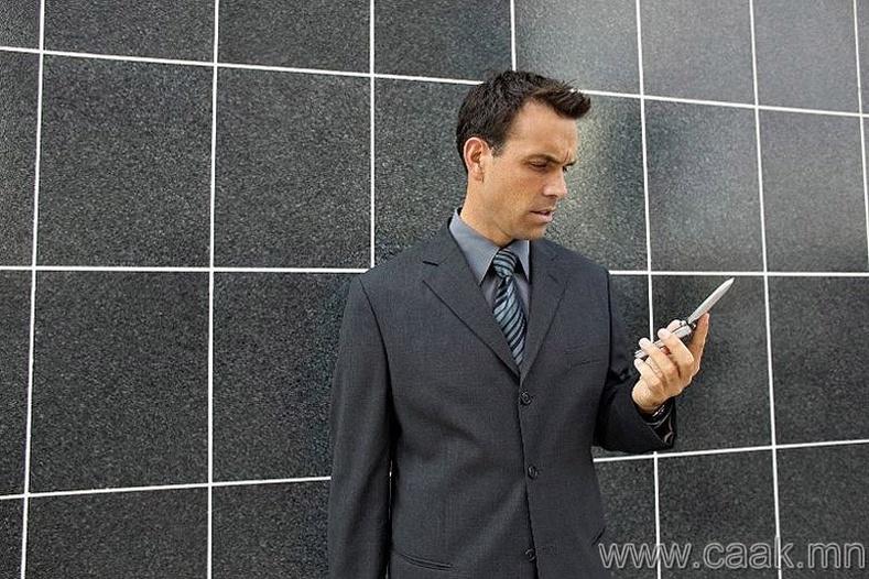 Гар утсан дээрээ цаг хараад түүнийгээ дор нь мартах.